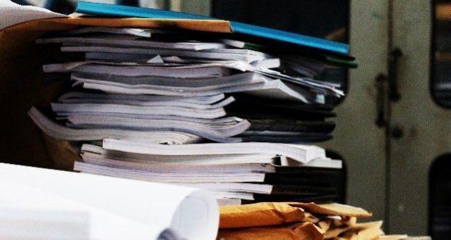 書類 山積み
