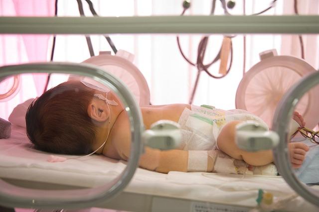 未熟児室で働く看護師
